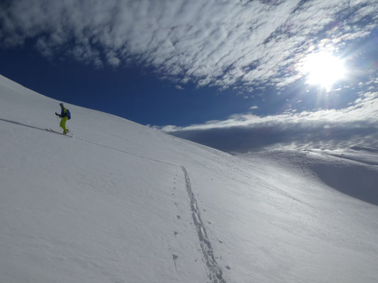 und zu spurenden Aufstiegen gelangen wir, nun wieder bei strahledem Sonnenschein, zum letzten Gipfel