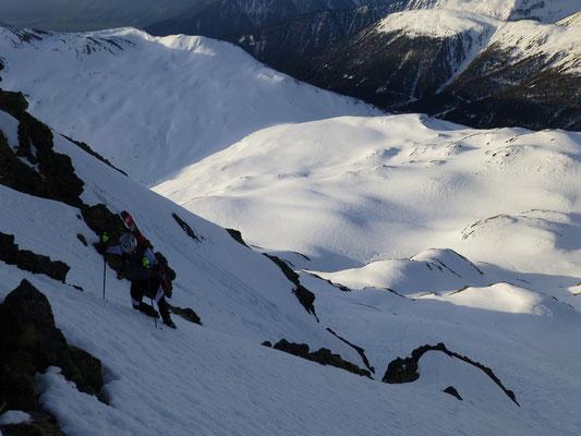 Tiefblick mit Tini im finalen Gipfelbereich