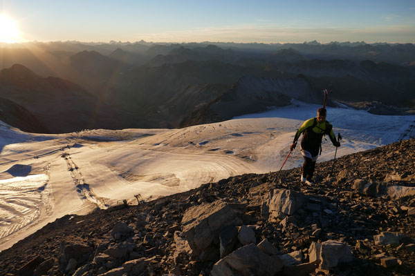Olli bereits kurz vor dem Gipfel, die letzten Sonnenstrahlen im Rücken