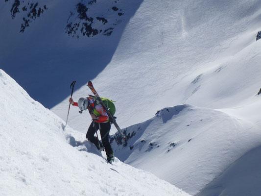 Andi feierte seine prämiere auf diesen Gipfel, genialer Tiefblick mit Tourengeher Richtung Suldenspitze