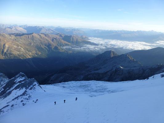 Ein Blick zurück über den Gletscherbruch ins Tal, wo sich der Hochnebel nun verabschiedete