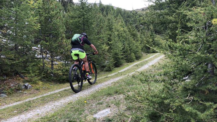 mit dem Bike Richtung Stierberghütte im Avingatal