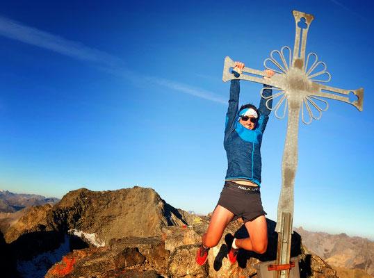 man hängt sich nicht auf Gipfelkreuze, dies ist lediglich ein Versuch es gerade zu biegen ;-)
