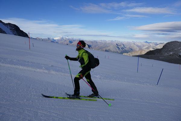 Andy mit den Skiern schon im Rennmodus