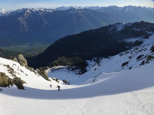 Als es uns zu steil wurde, schulterten wir erneut die Skier