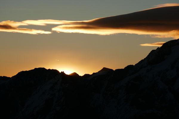 jeden Augenblick, müssten die ersten Sonnenstrahlen erscheinen