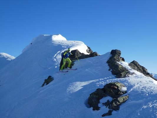 teils mit Skieren, im ständigen Wechsel von kurzen Auf- und Abstiegen