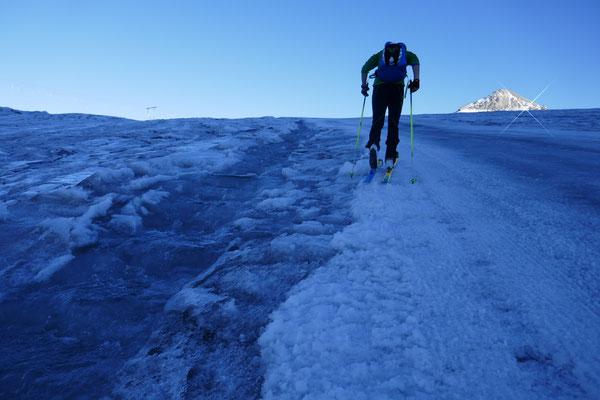 Noch am Abend laufen Bäche über den täglich schmelzenden Gletscher (Schrecklich)