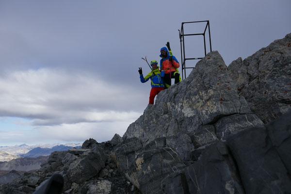 Bergheil, nun am Gipfel aber bissiger Wind und Wolken zogen mehr und mehr auf