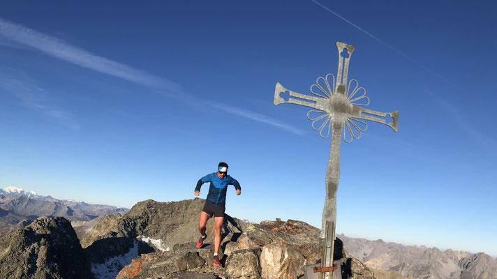 am Gipfel des Muntpitschen, im Hintergrund der Piz Sesvenna