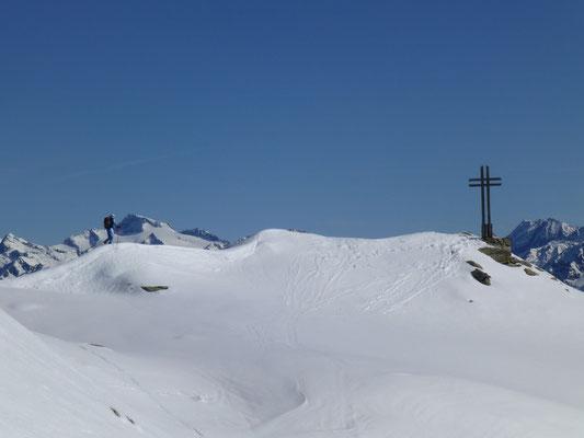 Die letzten Meter vor dem Gipfel, das Panorama geniesen