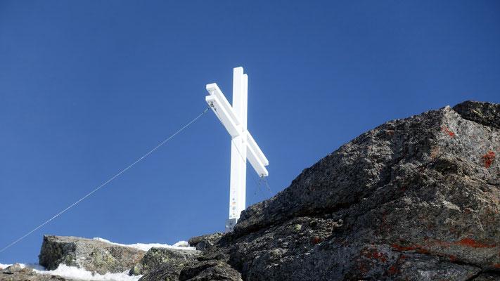 das Kreuz leuchtet von nah und fern