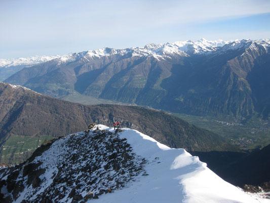Ein Blick in den Vinschgau, über den Grat liesen wir die Skier frisch geschultert