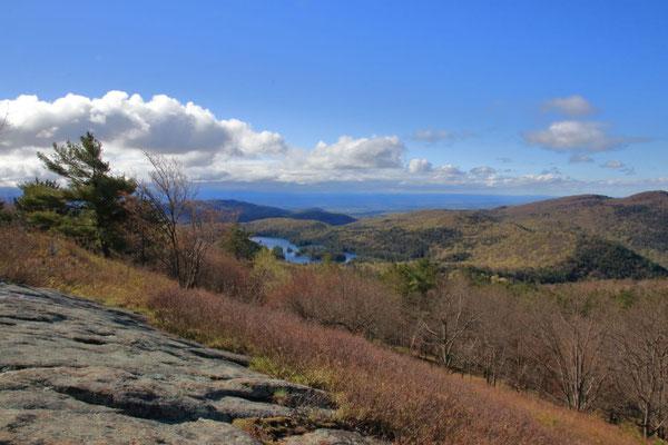 Buck Mountain, le sommet vers 7h du matin avec vue sur le lac Georges