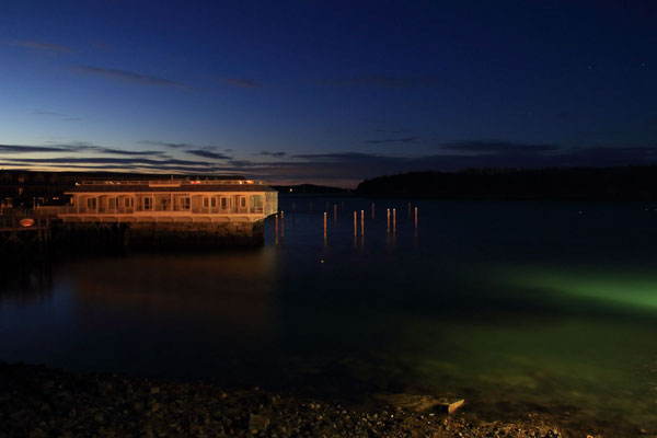 Le port de Bar Harbor à la nuit tombée, ME, USA. On aperçoit à l'arrière plan la silhouette de Bar Island.
