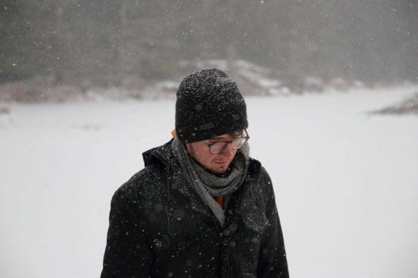 Séance de patinage sur lac gelé sous la neige. Jordan Pond, Acadia National Park, ME, USA