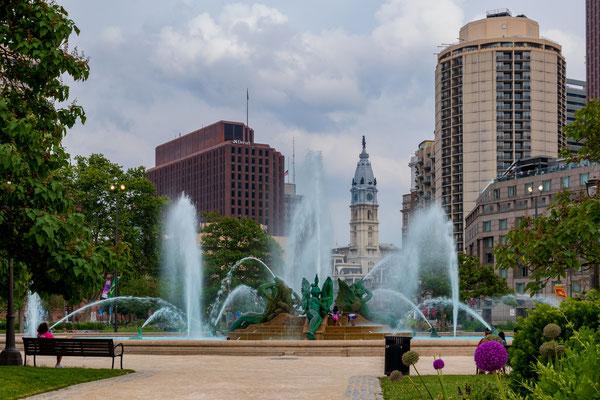 LOVE Plaza et vue sur le city Hall