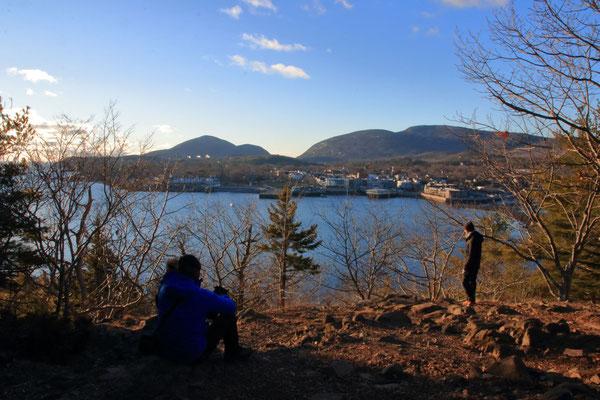 Au sommet de Bar Island avec vue sur Bar Harbor, ME, USA