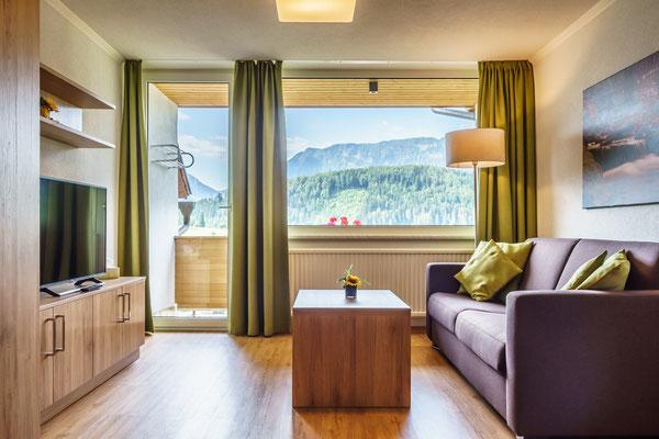 Fewo B - Wohnzimmer mit Balkon und toller Aussicht