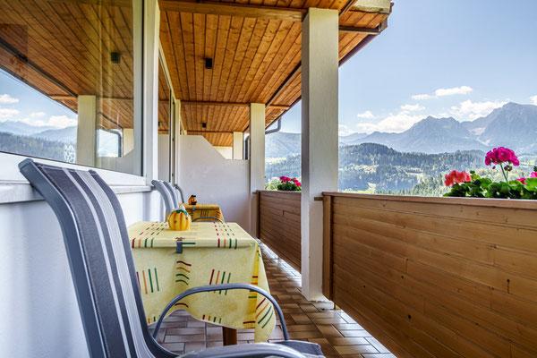 Fewo D - großer Balkon mit traumhafter Aussicht auf die Berge