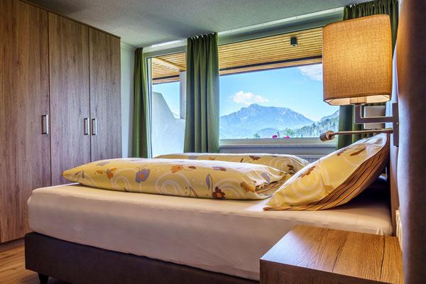 Fewo D  - Schlafzimmer 1 mit Doppelbett und Couch und Balkon mit Traumaussicht