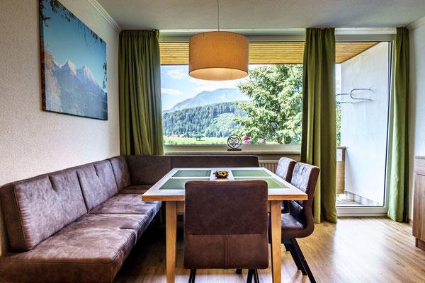Fewo D - großzügige Wohnküche mit Balkon und Aussicht auf die Berge