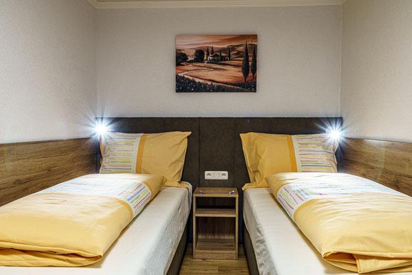 Fewo D - Schlafzimmer 2 mit 2 Einzelboxspringbetten