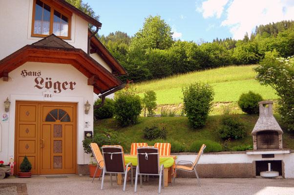 Terrasse und Grillplatz vor dem Haus Löger Apartments - Windischgarsten