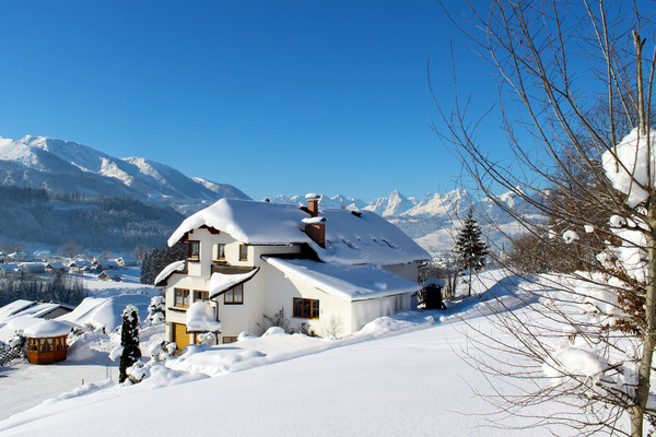 Haus Löger Apartments im Winter mit Traumaussicht - Windischgarsten