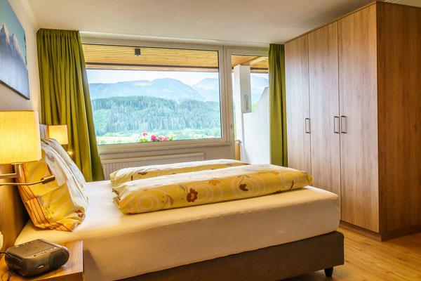 Fewo B - Schlafzimmer mit Balkon und Aussicht