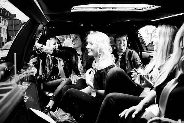 Frauen feiern Junggesellinnen Abschied in einer Limousine in Osnabrück