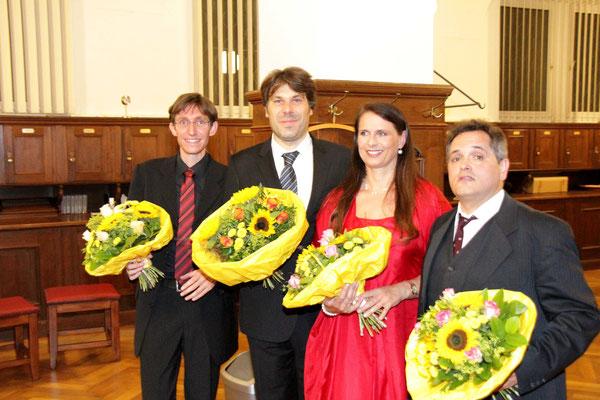 . . .  und wurden, zusammen mit dem Dirigenten, mit herrlichen Blumensträussen bedacht