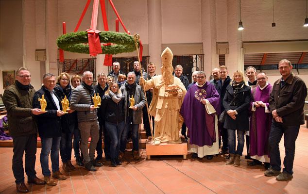 Sponsoren und Kirchengemeinde freuen sich über die neue Nikolausholzfigur, die von Monsignore Georg Austen während eines Gottesdienstes am Samstag gesegnet wurde © Patrick Kleibold