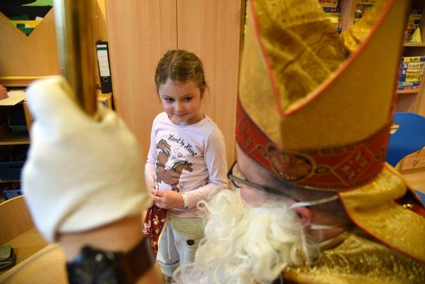 Die kleine Lia freut sich über den Besuch vom Nikolaus in der Kinderklinik © Theresa Meier