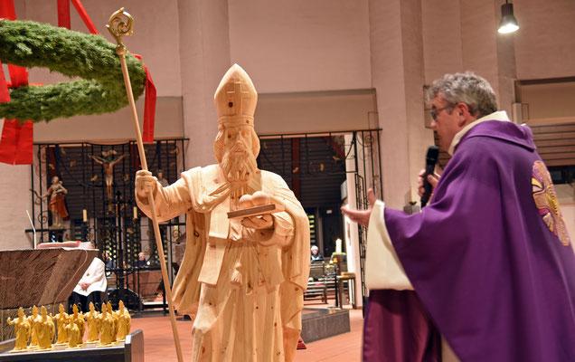 Gesegnet wurde die Nikolausfigur von Monsignore Georg Austen während eines feierlichen Gottesdienstes am Samstag. Er erklärte den vielen anwesenden Kindern wie der Heilige Nikolaus gelebt hat und woran man ihn erkennt © Patrick Kleibold