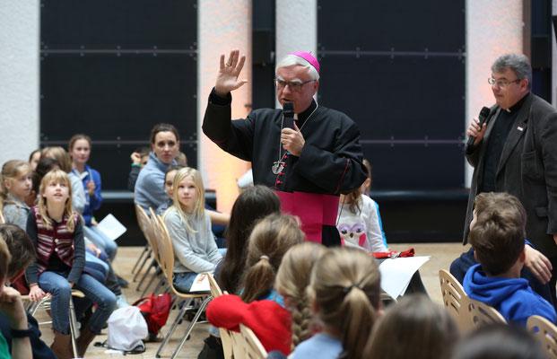 Der Berliner Erzbischof Heiner Koch spricht zu den Schulkindern ©Markus Nowak