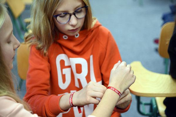 """Das Armbändchen """"Ich bin Nikolaus"""" findet große Zustimmung unter den Schülerinnen © Sr. Theresita M. Müller"""