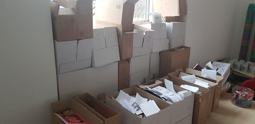 Kisten, in denen Nikoläuse und die zugehörigen Empfängerkarten geordnet und anschließend verteilt wurden © Moritz Köppe