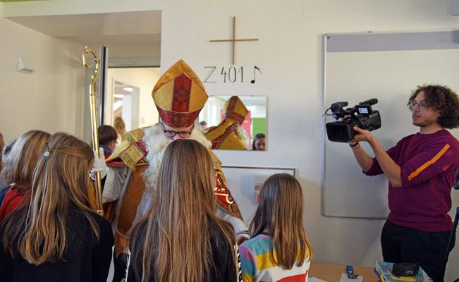 Julian Heese vom Bonifatiuswerk verteilt als Bischof Nikolaus Schokonikoläuse © Sr. Theresita M. Müller