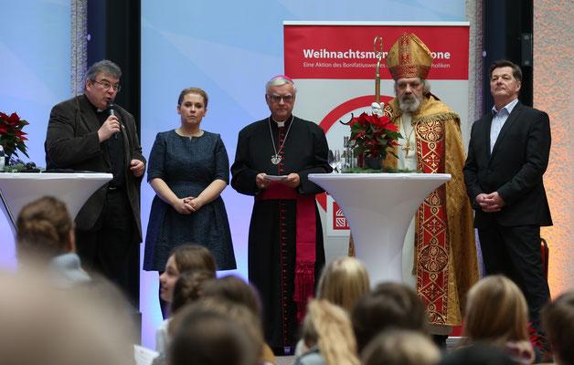 Msgr. Georg Austen, Maite Kelly, Erzbischof Koch, der Nikolaus und Eckhard Pols (v.l.) ©Markus Nowak