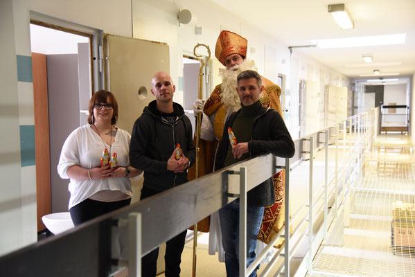 Niklaus mit Inhaftierten in einem Haftgebäude Alexa, Dominik, Ulrich Merz als Nikolaus, Daniel (v.l.) © Theresa Meier