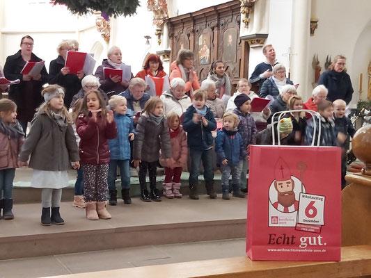 """Einfach """"Echt gut."""" die Sänger des Mehrgenerationenchores bekommen alle eine Nikolaustüte vom Bonifatiuswerk geschenkt  © Caritasverband Südniedersachsen e. V."""