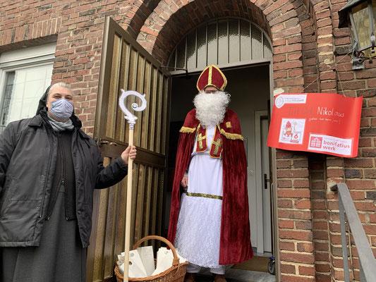 Der heilige Nikolaus und die Elisabethinnen in Aachen verteilen Lunchpakete an bedürftige Menschen © Schwester M. Thea Kehl