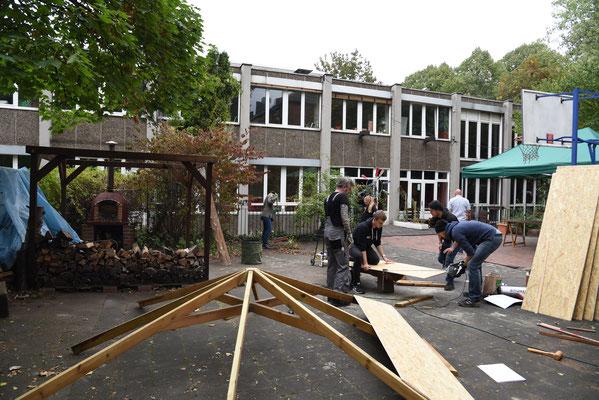 Die Holzpaletten für den Pavillion müssen genau ausgemessen werden © Theresa Meier
