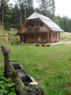 Brunnen und Freibereich der Wurzelhütte
