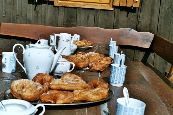 Kaffeezeit mit Krapfen auf der Großhinterbergerhütte