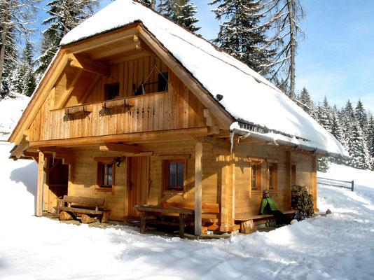 Wurzelhütte im Winter