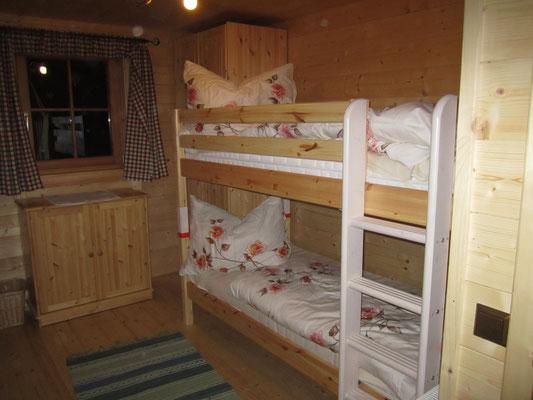 4-Bett Zimmer mit Stockbett und 2 Einzelbetten