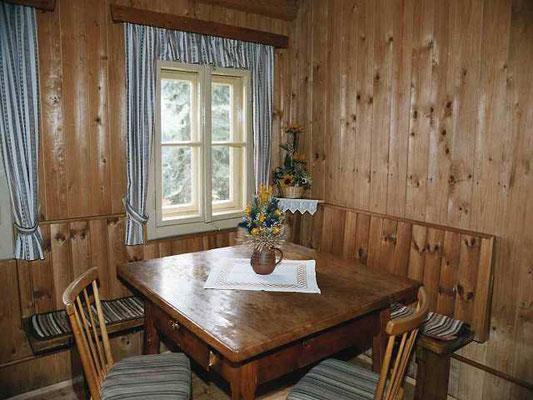 Wohnstube mit Massivholztisch