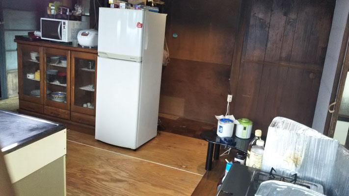 流しの向かい側には冷蔵庫や食器棚などがある。